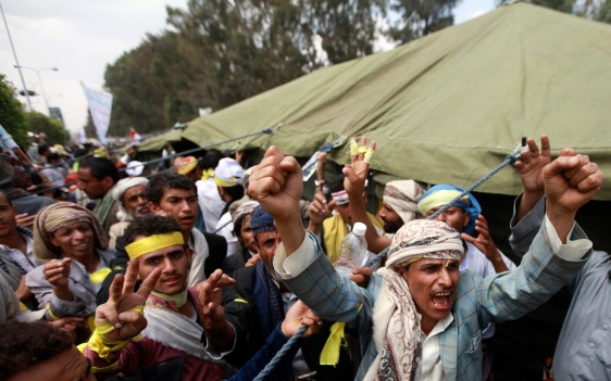 Followers of the Shi'ite Houthi movement shout slogans as they erect tents along the Airport road to extend their protest camp as part of a civil disobedience campaign staged by the movement in Sanaa September 7, 2014. REUTERS/Mohamed al-Sayaghi